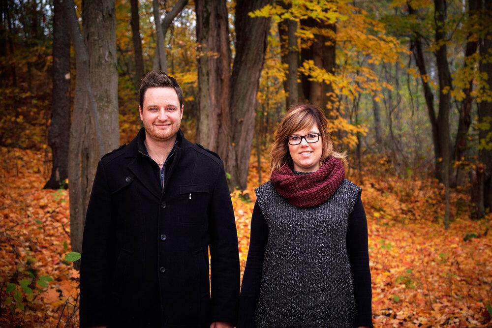 Portrait de face d'un couple dans les bois