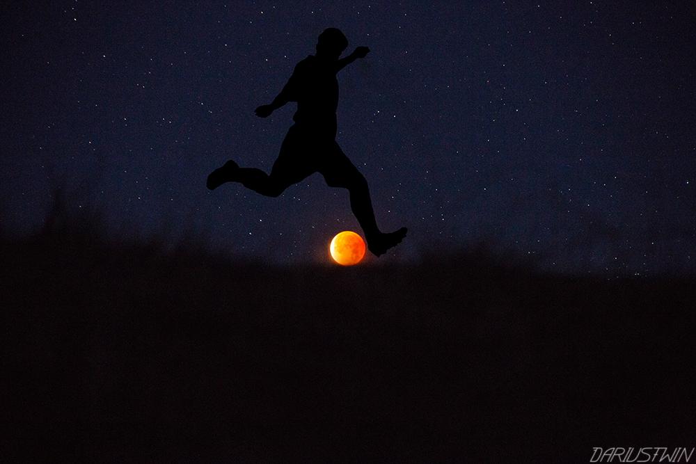 soccer_futbol_bloodmoon_superbluebloodmoon_funny_longexposure_photography_dariustwin_eclipse_lunar_football.jpg