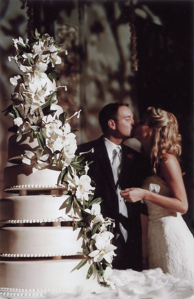 61-couplekissingcake-001.jpg