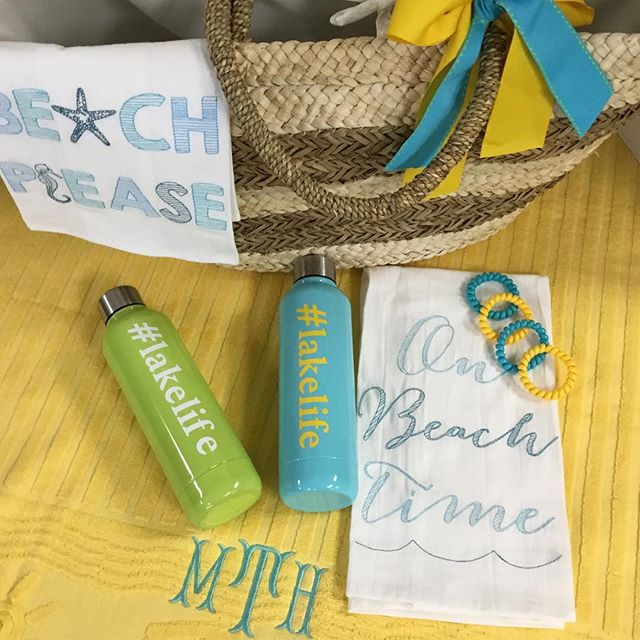 Beach Or Lake Time... We'll take either! 👙🏖 #lakelife #beachlife #personalizedbeachtowel #strawbag #mudpie #darnellsfunstuff #shopvestavia