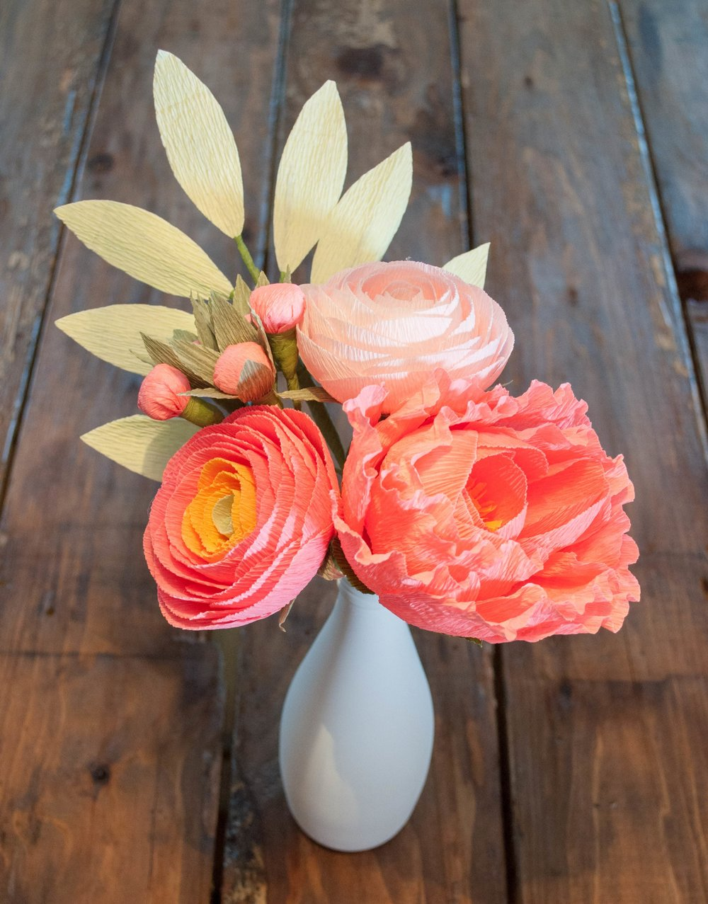 Build this 5-stem bouquet! Recipe: Salmon-gold ombre ranunculus, salmon peony, blush ranunculus, salmon berries, light green leaves.