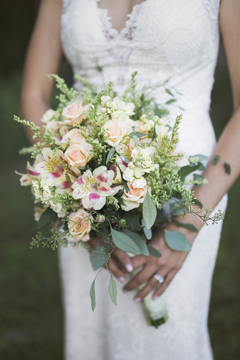 marquette-wedding-photographer-lake-superior-michigan-wedding-bouquet-floral.jpg