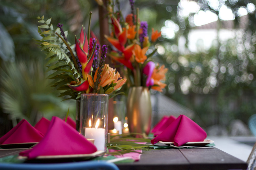 This colorful tables cape delighted the birthday guests with tropical flowers.