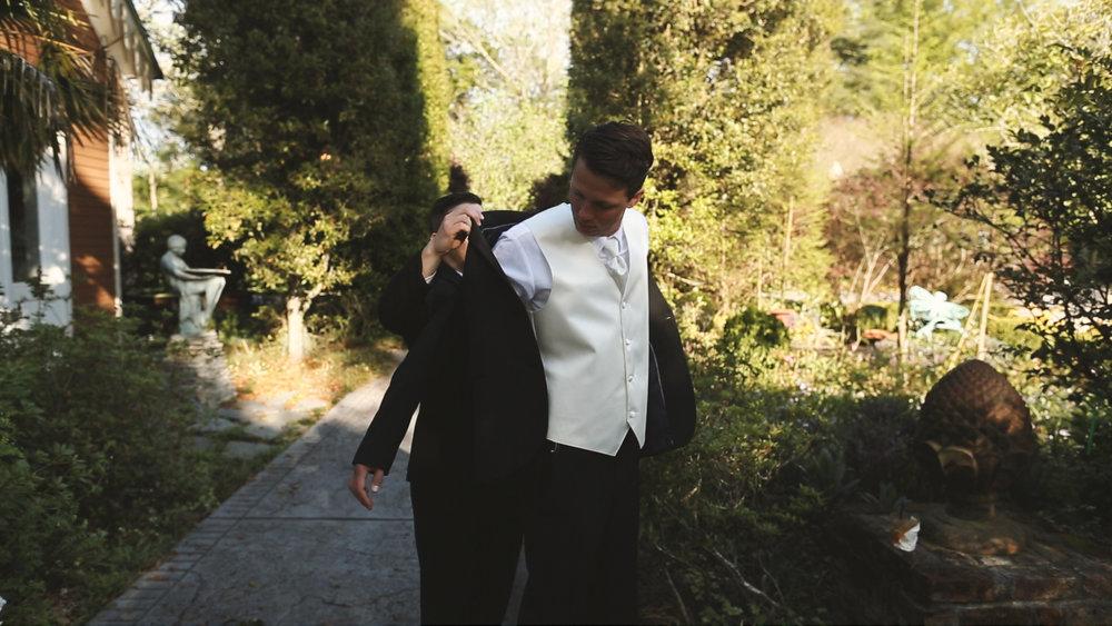 Destination Wedding Videography_Bride Film_Houmas House Plantation_groom getting dressed