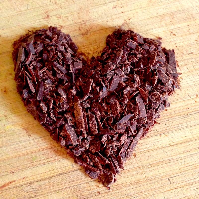 Der Kakao wird von einem Block fein abgeschnitten.