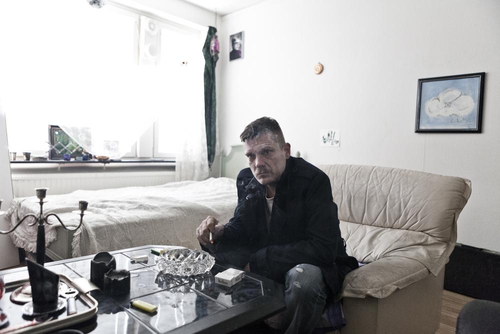 """""""Sparven"""" på sitt hotellhemsrum. Ur projektet """"På andra sidan gatan"""" om livet på Magnus Ladulåsgatan i Stockholm."""