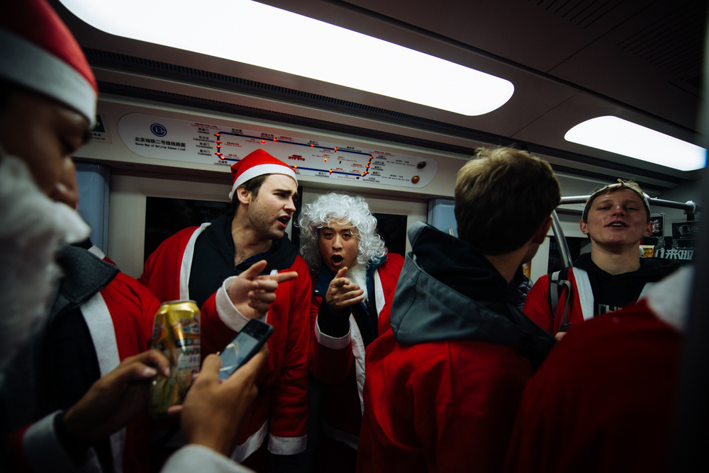 """Mozart Santa"" along with all other Santas sing Christmas carols in the Subway line 2."
