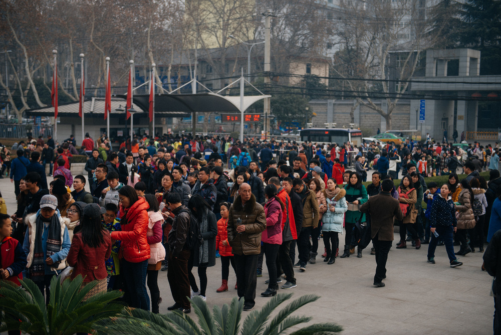 A huge mass of people waits to get in the Shaanxi History Museum. In the back, people waiting to get a ticket, in the foreground, to get in the museum.