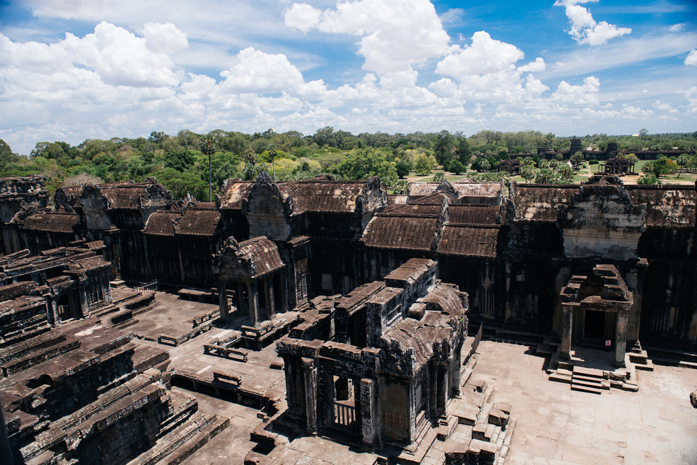 From the highest point you have a clear view of what was a great city, now reclaimed by the jungle. With the exception of the temples, the houses of the gods worthy of stone, mortals built their houses with wood. That's why only the temples survived while everything else disappeared.