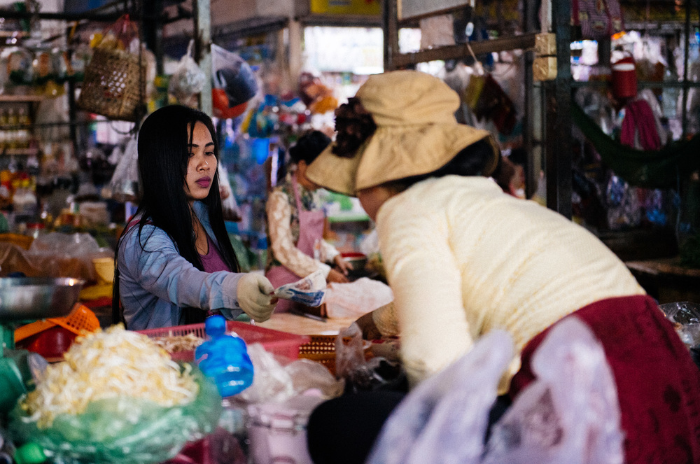 In Cambodia there are no coins. All money is paper. The smalles denomination is 100 Riel, equivalent to 0.02 US dollars. This woman is handing over 3000 riel for her groceries.