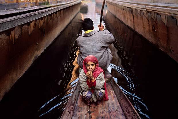 Отец и дочь на озере Дал, Сринагар, Кашмир1996 © Steve McCurry