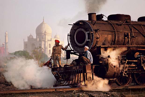 Паровоз, проходящий у Тадж-Махала, Агра,Уттар-Прадеш1983 © Steve McCurry