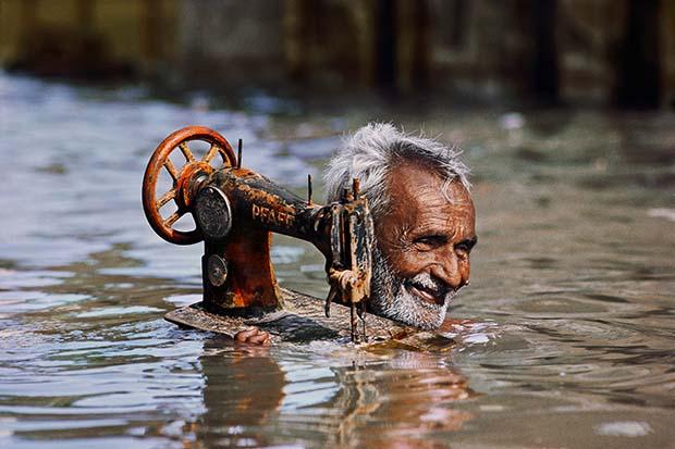 Портной несёт свою швейную машинку по разлившимся водам,Порбандар, Гуджарат1983 © Steve McCurry