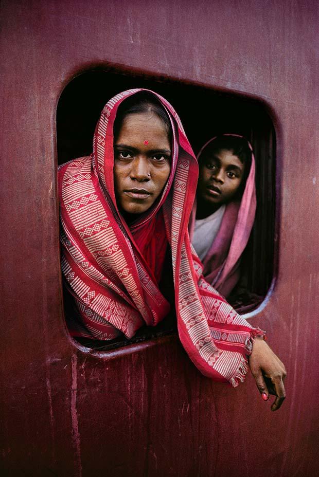 Женщина и ребенок на почтовомпоезде Ховрапо пути вКалькутту, Западная Бенгалия, 1982 © Steve McCurry