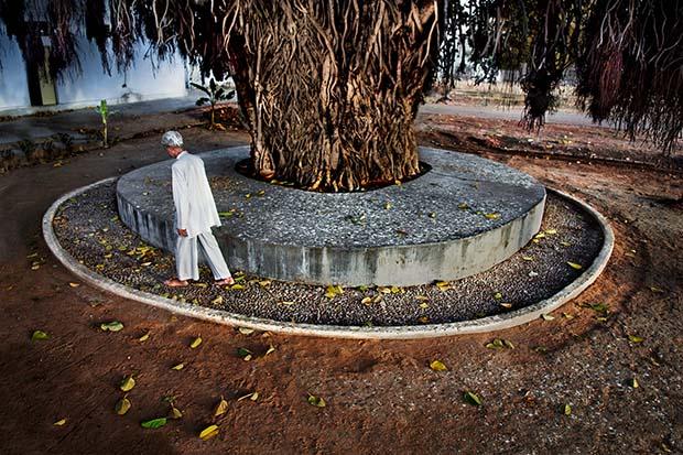 Мужчина массирует ступни, прогуливаясь по гальке, Джайпур, Раджастан, 2009 © Steve McCurry