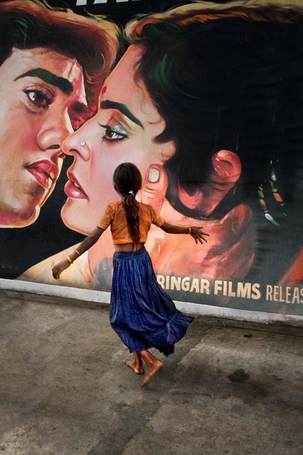 Девочка бежит мимо кинопостера, Мумбаи, Махараштра, 1993 © Steve McCurry