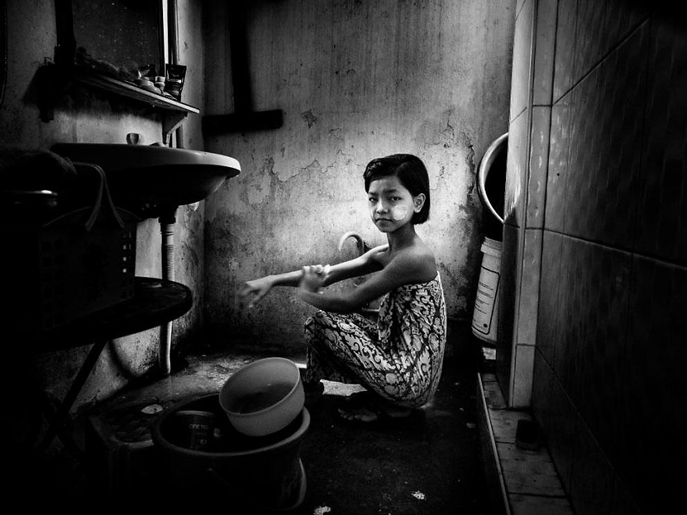 """Мьянма - Маленькая девочка в ванной ©Linda De'nobili, Италия (1 местов категории """"Журналистика и стрит-фотография"""", вторая половина конкурса)"""