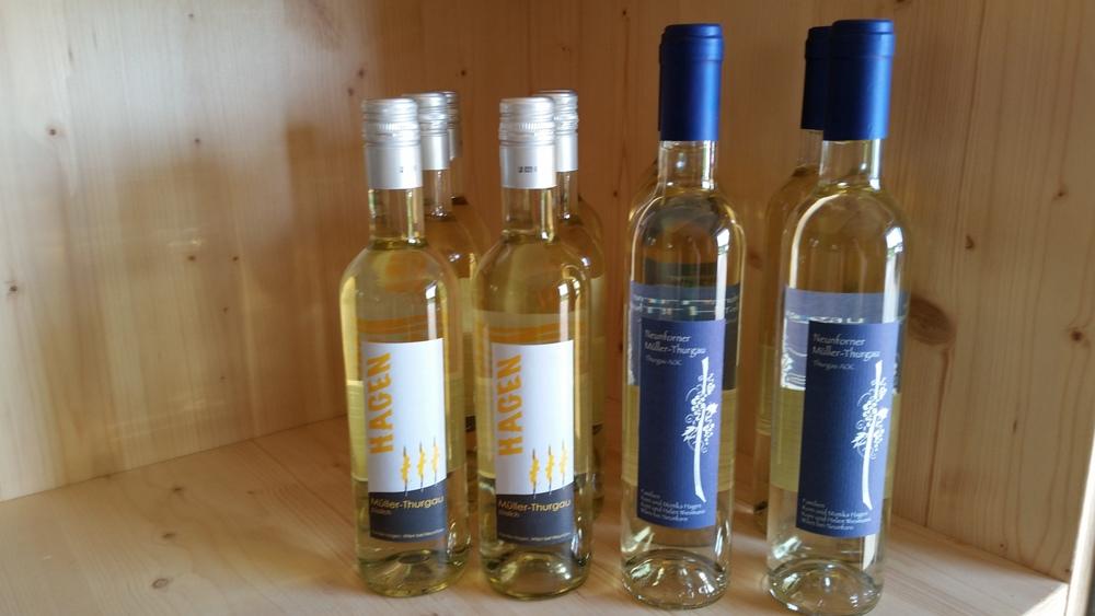 Neu ist bei uns auch ein süsslicher, fruchtig-spritziger Apérowein aus Müller-Thurgau Trauben erhältlich (links im Bild)