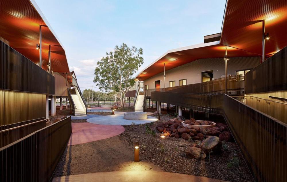 Fig.4 Patio abierto integrado a las habitaciones. Pedersen, Hook Archs. Iredale, Australia.
