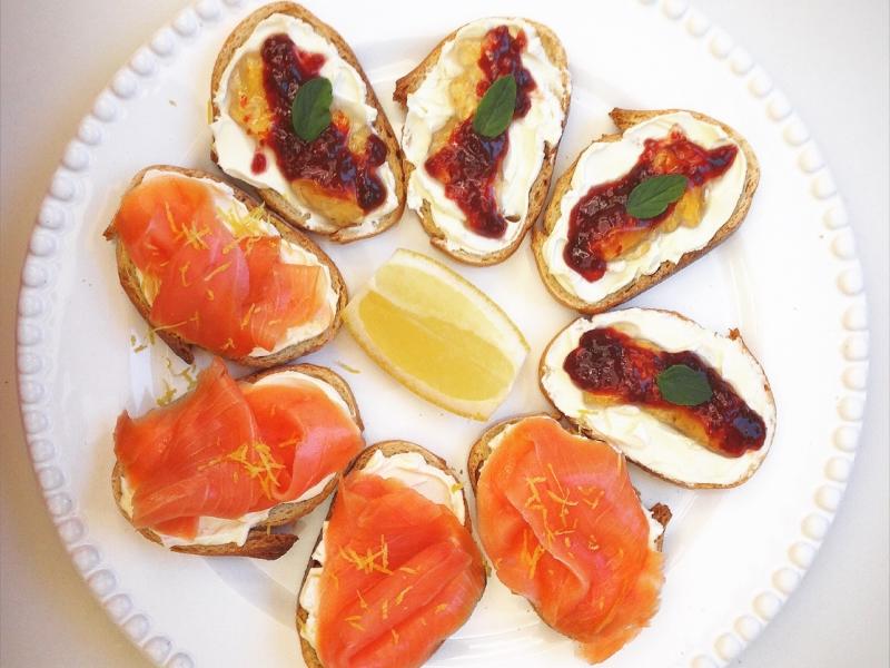 Torradinhas de salmão com sour cream e de cream cheese com geleia de pimenta e framboesa.