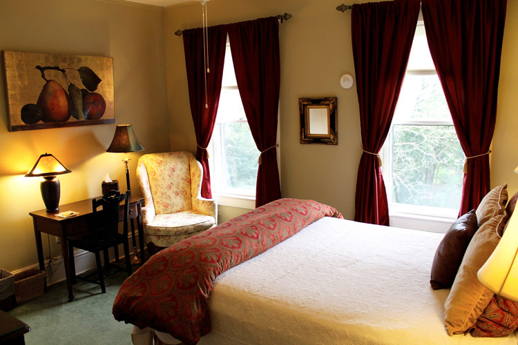 cobblestones- Room 6 with Queen bed, leather headboard, Tub/Shower, Private bath across hall- burlington, vt