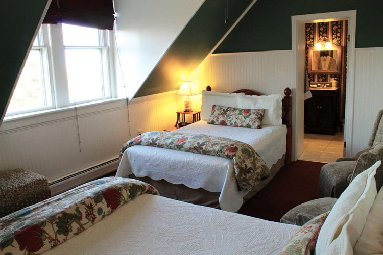 Adirondacks- Room 14 with two Double Bed and Tub/Shower- COMFORTABLY ELEGANT INN BURLINGTON, VT