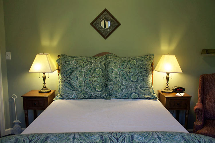 Lindsey's Loft- Room 15 with Double Bed and Shower- BED AND BREAKFAST IN BURLINGTON, VERMONT