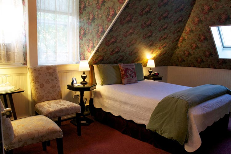 ALEXANDRAS ALCOVE- Room 16 with Queen Bed and SHower AT THE WILLARD STREET INN, IN VERMONT