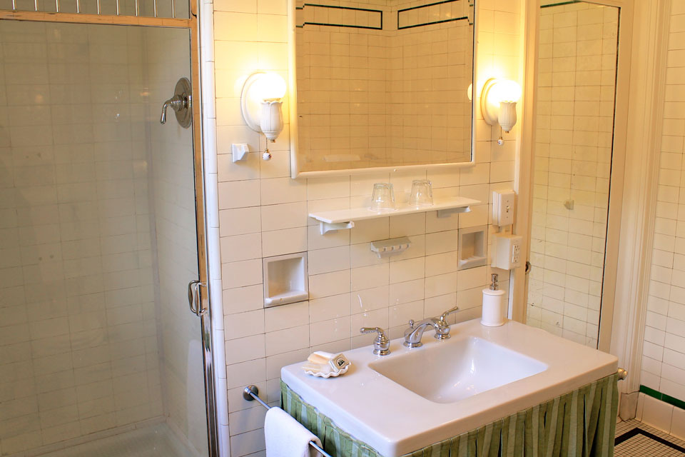 Nantucket- Room 5 with separate tub and shower