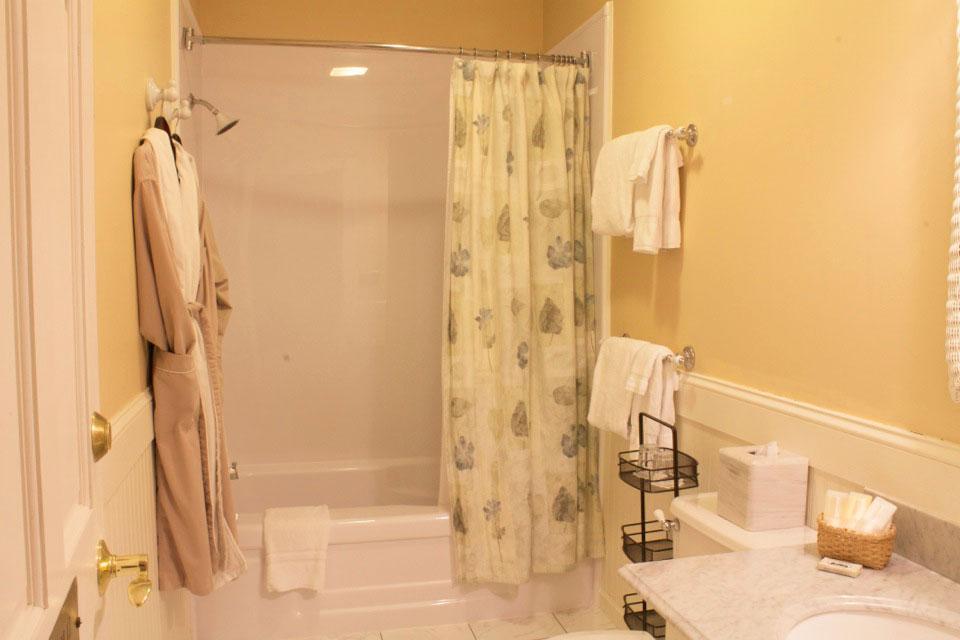 Willard Street Inn: Tower room bathrom
