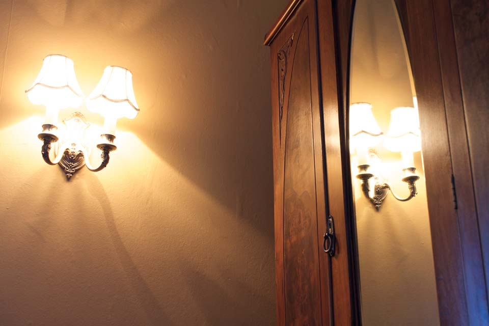WSInn_marthas-memoirs_antique-sconces.jpg