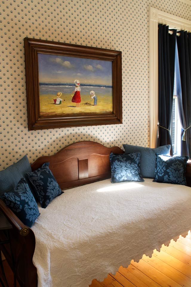 Day-bed in the nantucket room at the Willard Street Inn