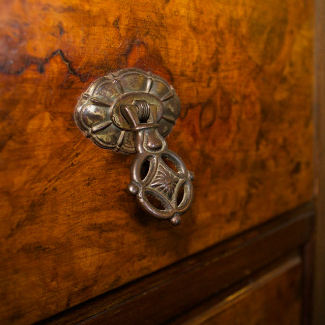 Close-up of burl wood at front of antique dresser in Cobblestone Room at WSInn.