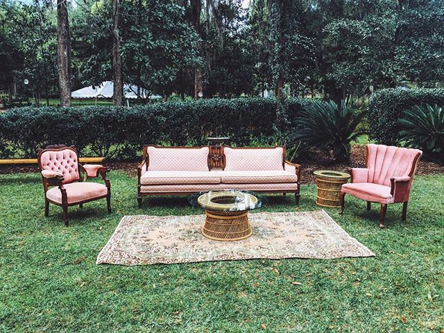 A perfect blush toned vintage seating area for Taylor + Sean's perfect spring wedding 🌱💐🌿# pictureperfect #thelostsocietydesigns #TLSweddings #TLSevents #vintagerentals #floridaweddings #eventrentals #thebellemoorplantation #featuremeoncewed