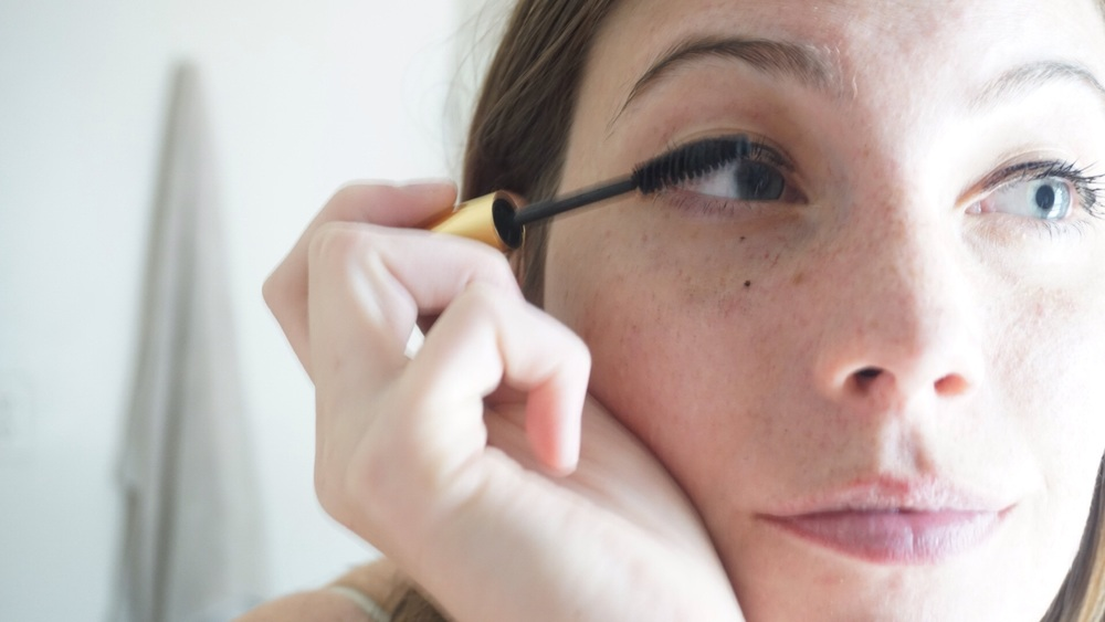 Learn how to make homemade, zero waste mascara with www.goingzerowaste.com