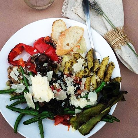 #farmtotable #organic #redwoodvalleyfarm #pestopasta #grilledveggies #greenbeans #yummy #nomnom #wedding Photo Credit- @lindsaykoupal