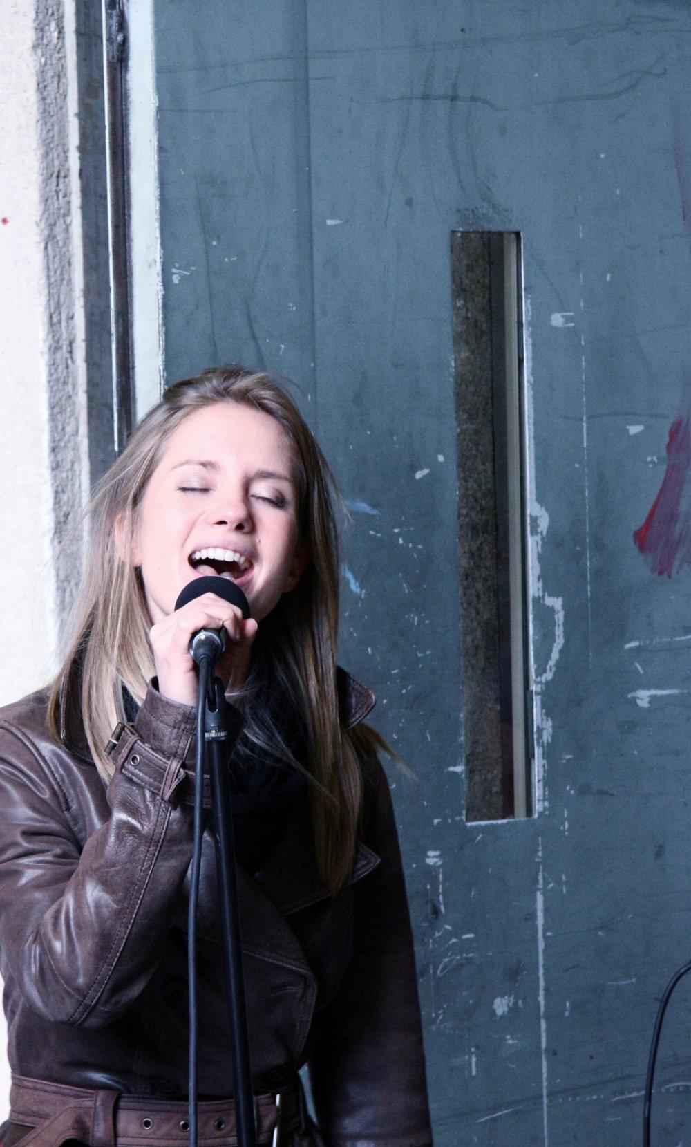 Julia bei einem Konzert.