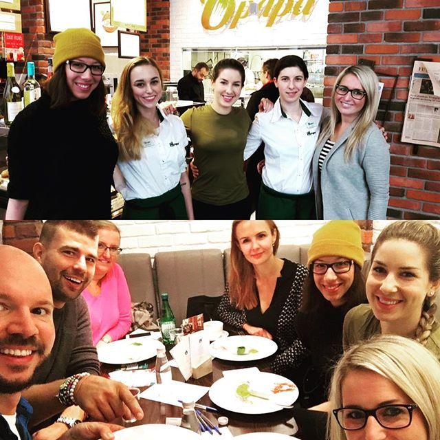 """Posnídali jsme s blogerkami! 💁🍴🐣 A kromě snídaně z klasického menu holky jako první ochutnaly nový """"maminčin"""" #cheesecake s pomerančovým extraktem a kapkou alkoholu. Prý byl báječný! 😉 Díky za návštěvu @mycookingdiary.cz @detoxchutne @naskokvkuchyni #opapafood #opapa #snidane #breakfast #vejcebenedikt #benedicteggs #sweets #girls #blogers #foodblogger #foodporn #foodie #freshfood #freshfruit #prague #praha #mom #momskitchen"""