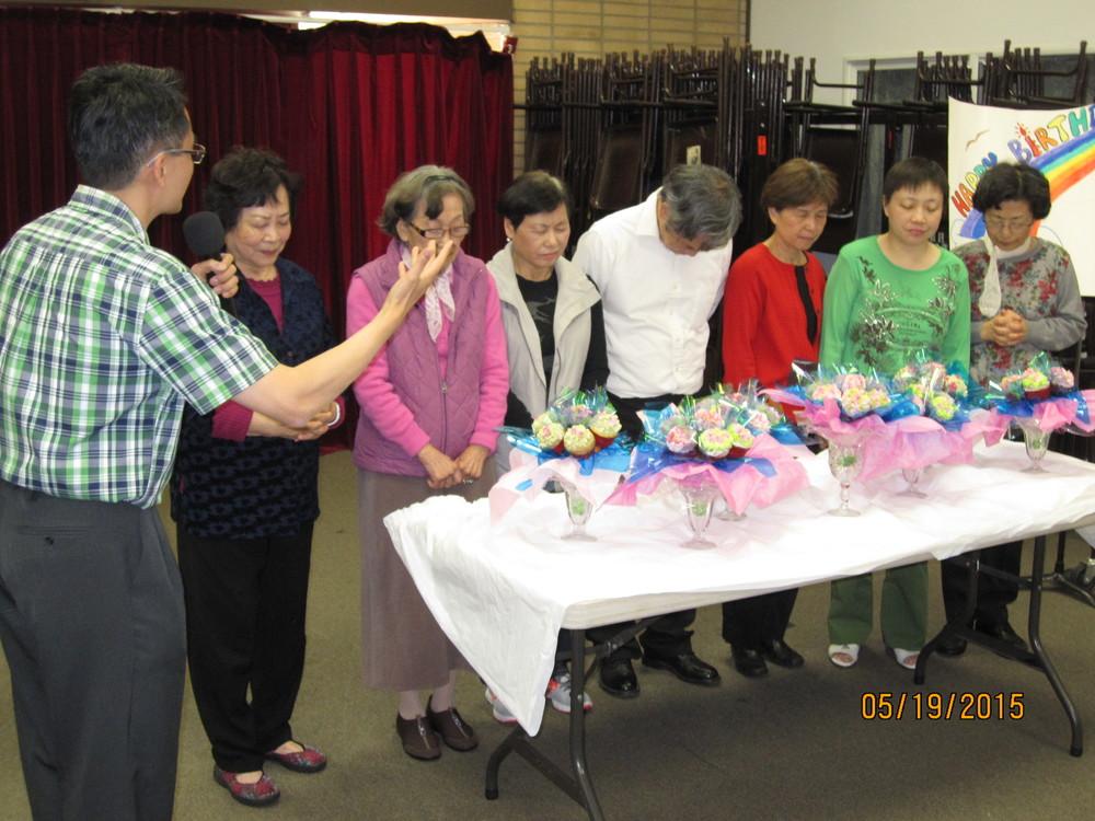 許牧師為壽星祝福禱告