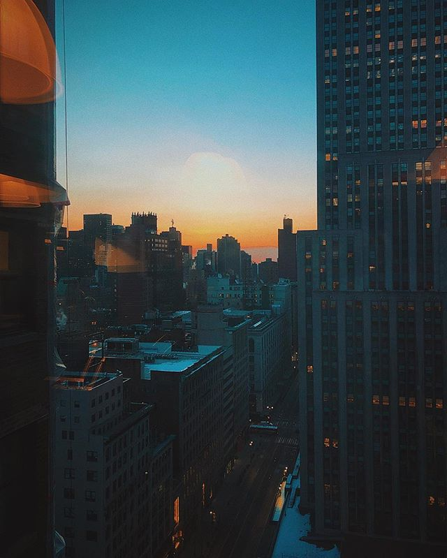 🌇 same view. new day. . . . . . . . . . . #vsco #iphone #newyorkcity #nycphotographer #cityscape #sunrise #views #hues #colorpalette #manhattan
