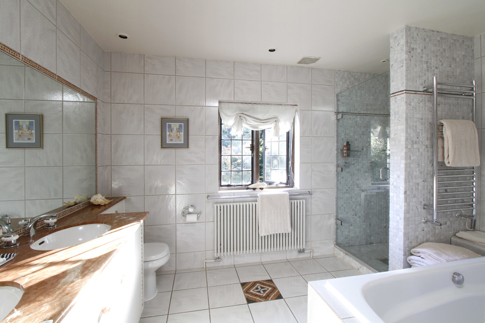 Edgecombe Close 5 - En suite.jpg