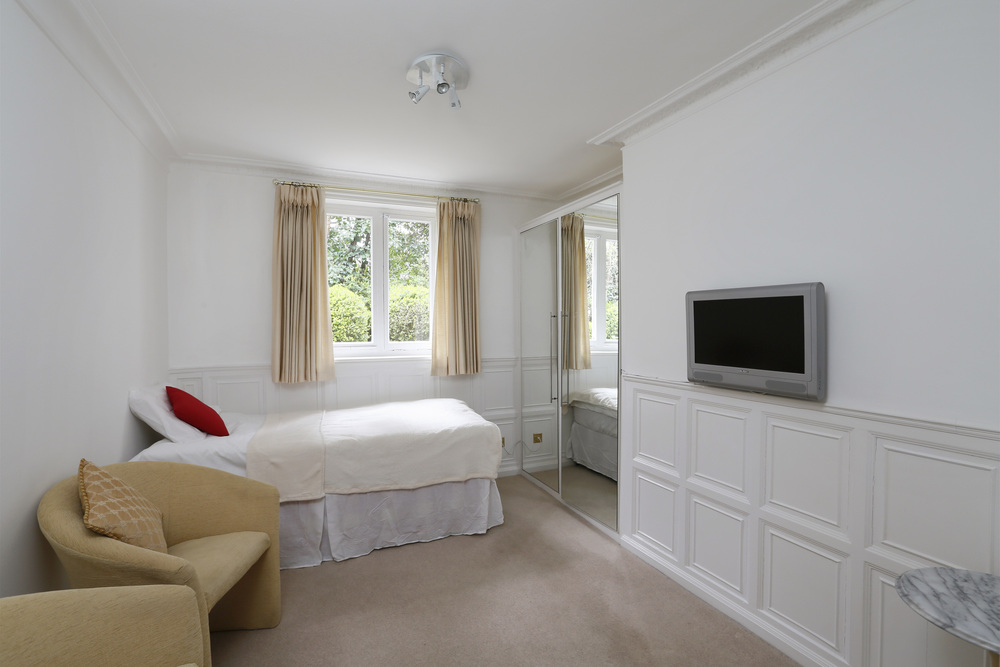 Coombe Hse 6 - Bed2.jpg