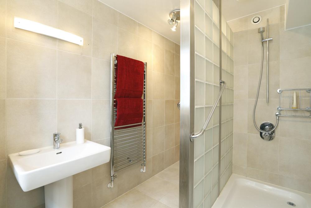 Coombe Hse 6 - M Bath.jpg