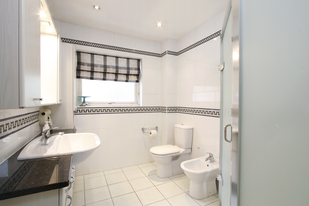 Coombe Lane West 120A - bath.jpg
