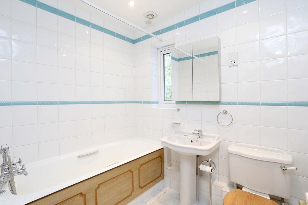 Devey Close 12 - Bath2.jpg