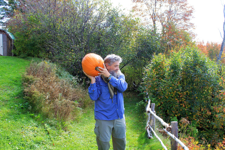 NOTICE THE PERFECT PUMPKIN TOSSING FORM. WEIGHT ON THE BACK ARM, ELBOWS AT 90 DEGREE ANGLES, FINGERS SPLAYED, EYES ON THE RIVER BELOW. PERFECT I TELL YOU.