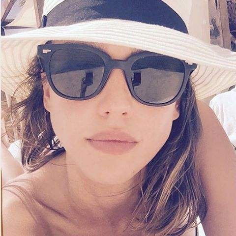 Looking flawless with a conscience. But honestly though... Get style tips from Jessica alba for the long weekend.