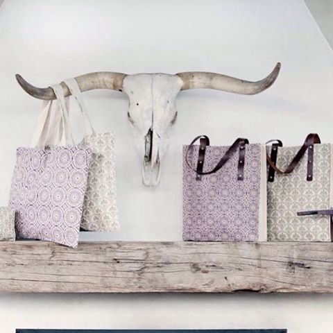Hook em totes. Obsessed with these new organic jute totes from @ravenandlilly #totesadorable