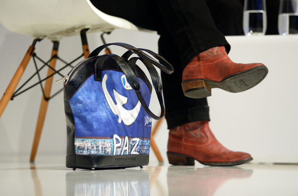 "Nobel Prize Laureate Jody Williams brought a bag reading ""peace"". © Andreas Gebert/Picture Alliance/Hubert Burda Media"