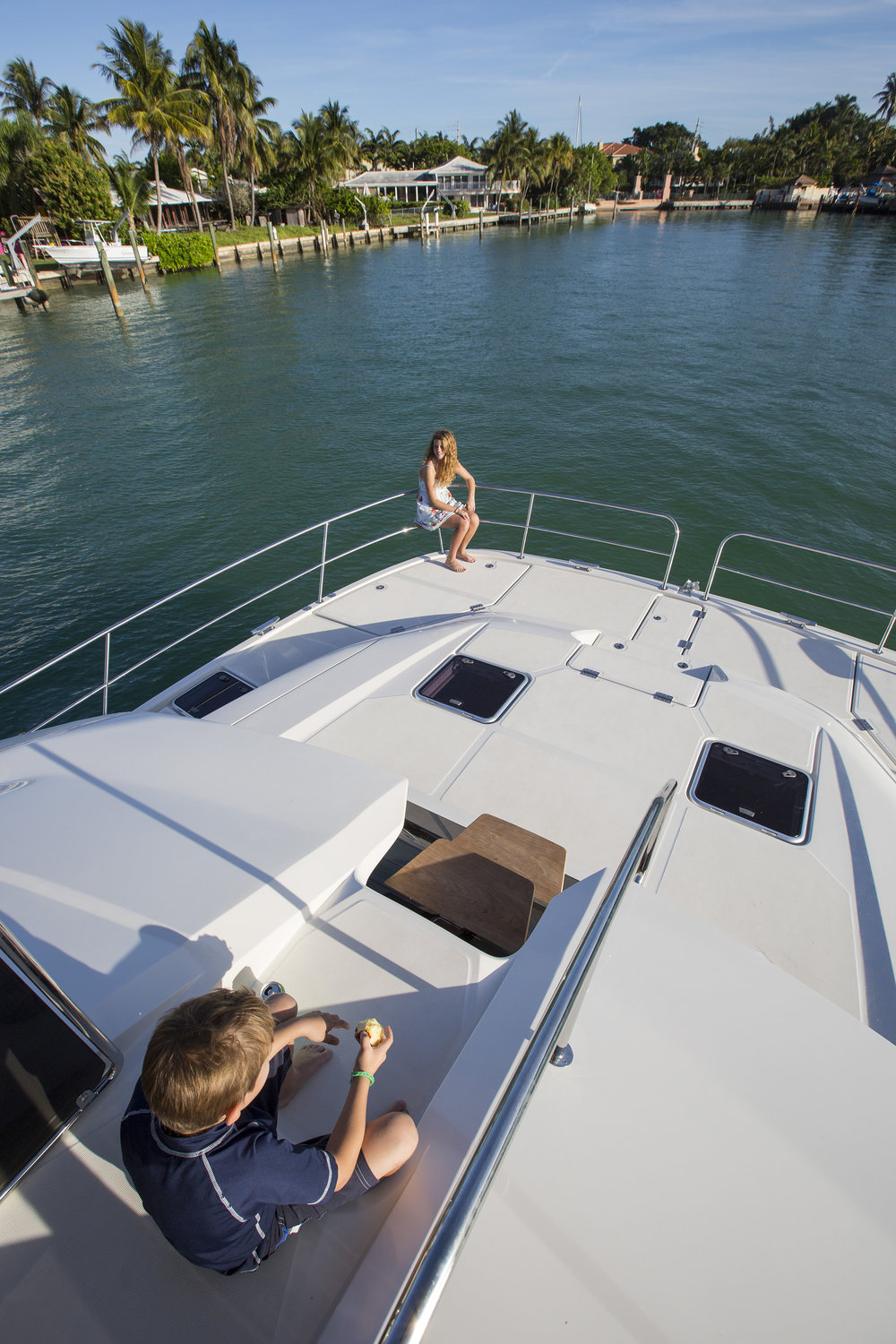 MarineMax 443 forward access to bow.jpg